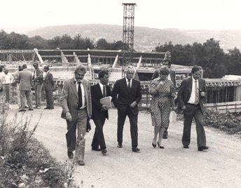 Site inspection of the future University Sports and Events Hall – l. to r. Prof. Dr. S. Maser (Pro-Rector), D. Mahler (University administration), Prof. Dr. J. M. Häußling (Rector), A. Brunn (Minister of Science and Research), Dr. D. Küchenhoff (Ministry of Science and Research)