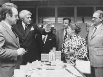 Inspecting the model of the new university on the afternoon of 15.06.1973: l. to r. Johannes Rau (Minister of Science and Research), Prof. Dr. Rainer Gruenter (First Rector of the University), Ministerial Director Dr. Hallauer (Finance Minister, NRW), Prof. Dr. Gerhard Deimling (Co-Rector), Dr. Hertha Firnberg (Austrian Minister of Science), Dr. Heinz Wolff (Editor of the West German News, WZ), Gottfried Gurland (Mayor of Wuppertal). (Photo: WZ archives, university archives, no. 070801000001)